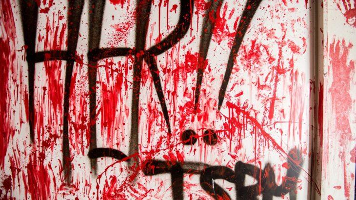 血がついてる壁の写真
